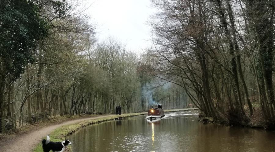 Old-fashioned barge near Alvechurch